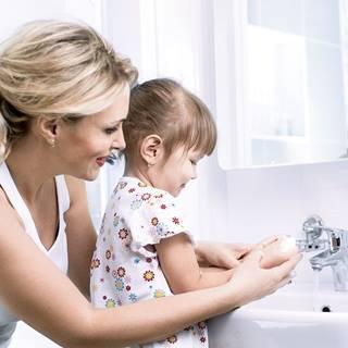 Une mère et sa fille se lavent les mains