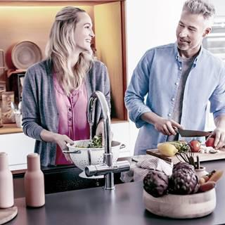 Couple qui fait la cuisine