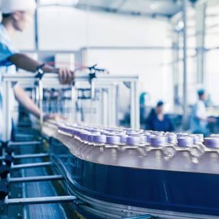 Chaîne de fabrication de bouteilles dans une usine