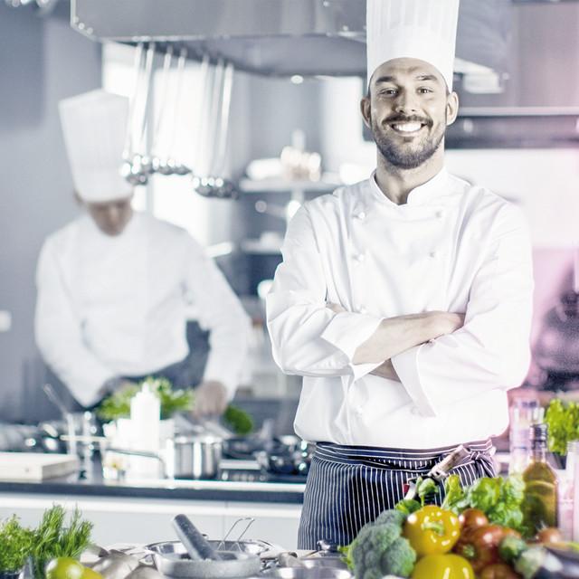 Cuisinier dans sa cuisine